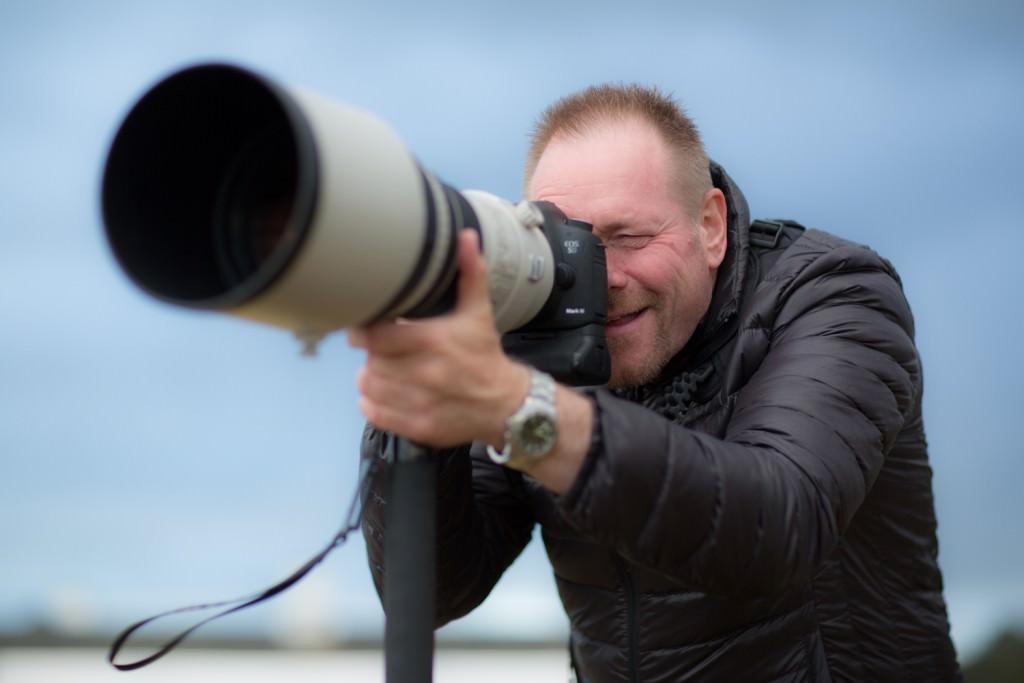 Her er Jørn Iversen, på vores sommerlejr på Orø, ude for at fotografere med én af vores superteler.