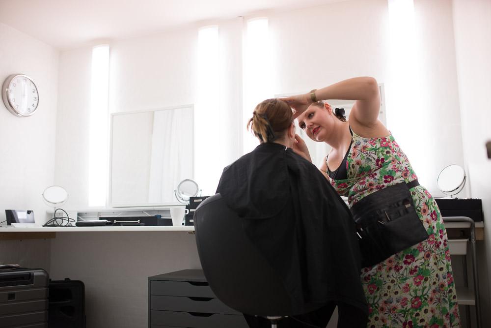 Her er makeup-artist, Julia Tønning Fakkenor, i gang med at klargøre model.