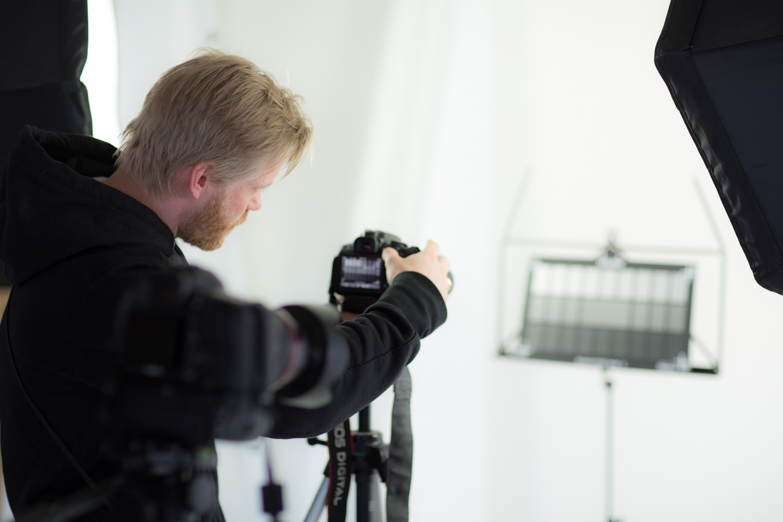 Her er Nicolas Stjernstrøm Nielsen ved at teste sin billedsensor.