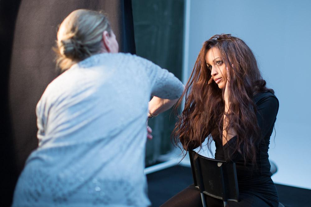 Her er det fotograf, Marie Timmermann, og model, Tanja Chege Andersen, der arbejder sammen.